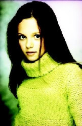 Photos de Mackenzie Rosman - Photoshoot Yellow Sweater - 0